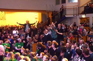 Delar av publiken jublar..