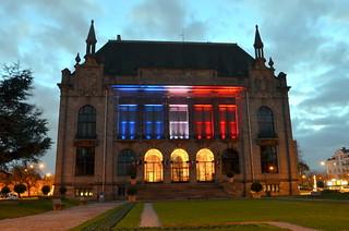 mer, 11/18/2015 - 17:39 - Illumination de l'Hôtel de Ville , en hommage aux victimes des attentats de Paris.