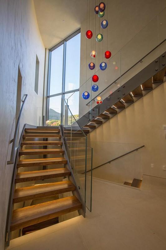 Дизайн лестницы в доме со стеклянными поручнями