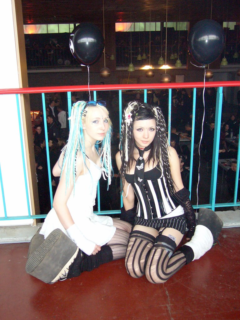 2 Cute Gothic Girls At WGT 2006