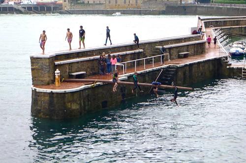 Niños jugando en el puerto de Zarautz con la marea alta