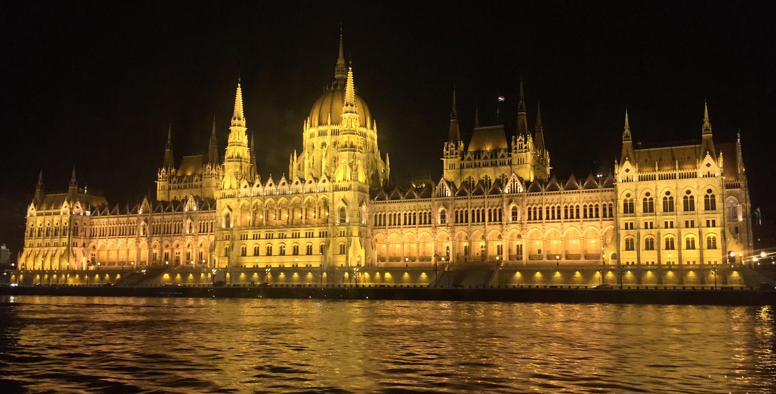 Qué ver en Budapest en un fin de semana: Parlamento de Budapest budapest en un fin de semana - 21234238800 304d99b094 o - Qué ver en Budapest en un fin de semana