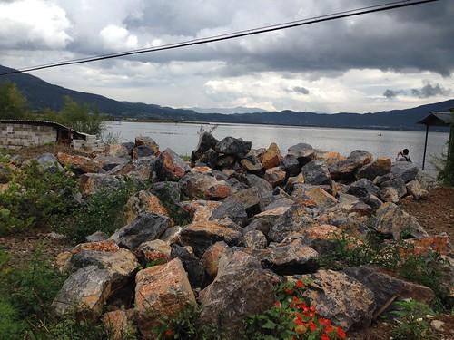 堆置於岸邊的土石,準備以建設之名填掉潮間帶。攝影:詹嘉紋。