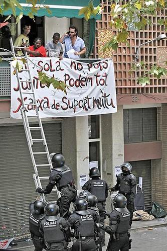 Un desallotjament al barri del Clot de Barcelona va acabar amb destrosses, cops i un procés judicial obert als desallotjats