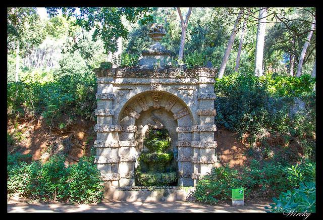 Fuente romántica grutesca
