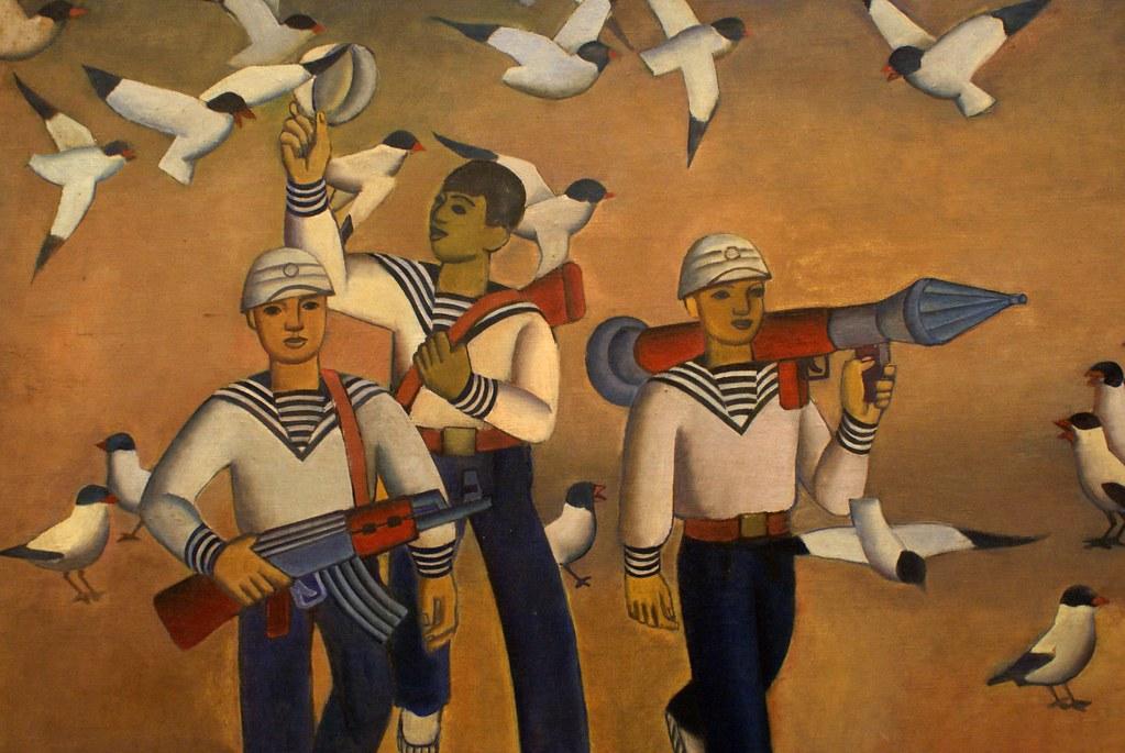 Soldats, mouettes et bazookas au Musée des beaux arts d'Hanoi au Vietnam.