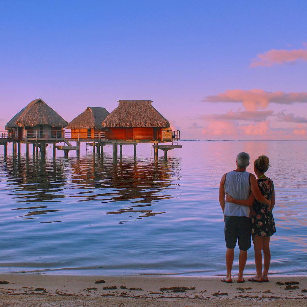 Each day as the sun makes its way to the horizon, we see the wind die down and a complete calm washes over the island. It's no wonder the island lifestyle is so sought after ? #MooreaPearl Resort & Spa @spm_hotels @tahitinow with @theadventureis