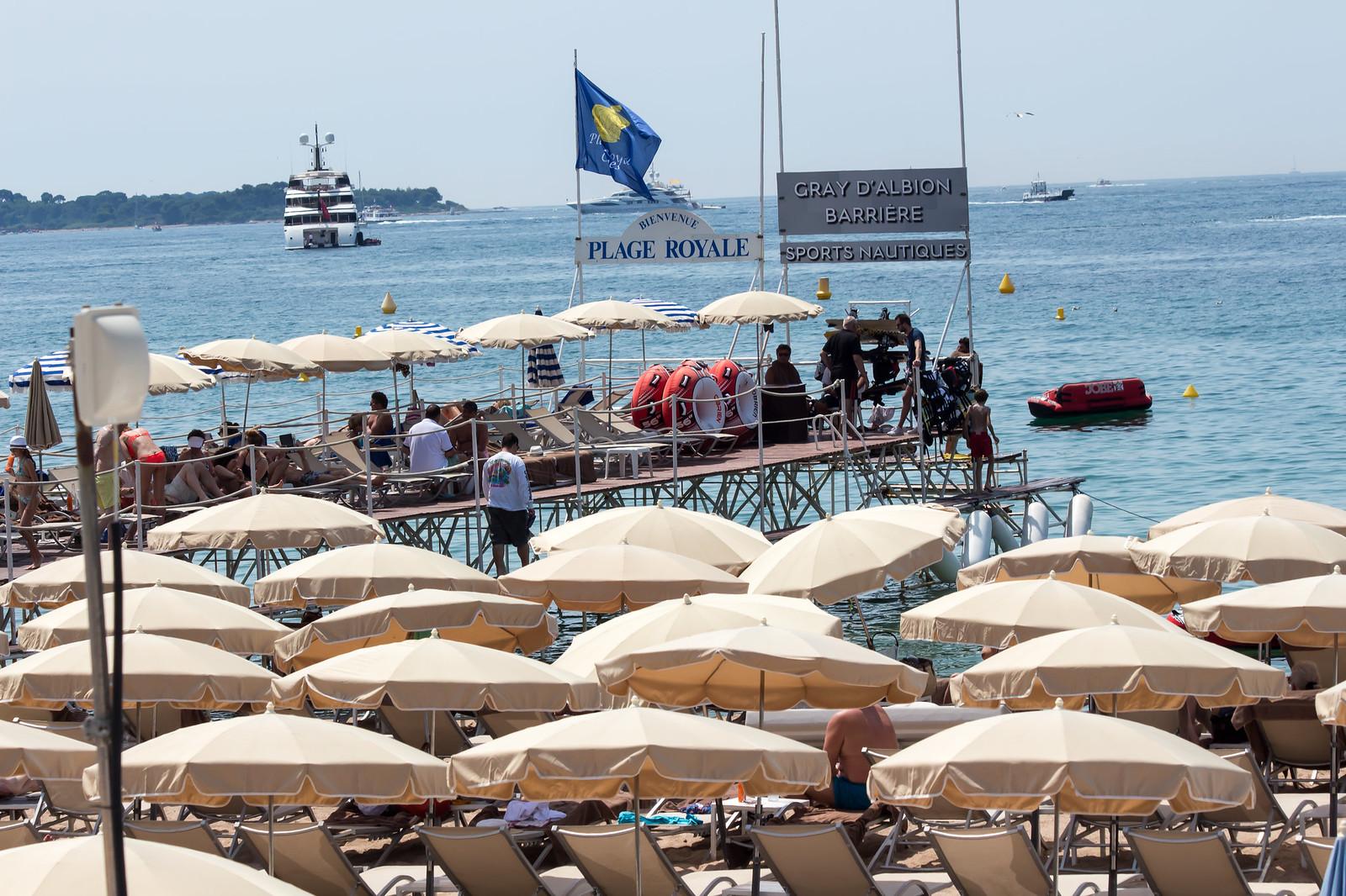 10. Напротив каждого отеля есть собственный пляж, на который то и дело перебегают дорогу официанты.