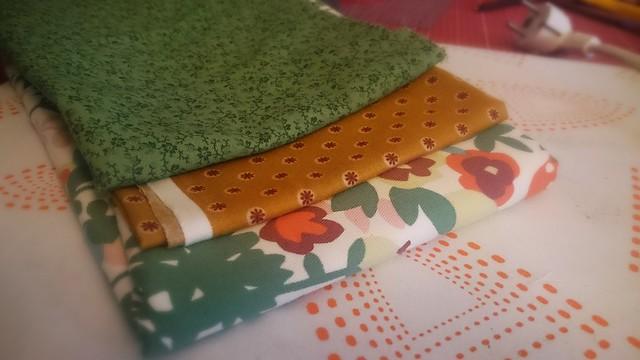 """Grün-senfgelbe Stoffkombi für meine eigene """"Manicure Pouch""""."""