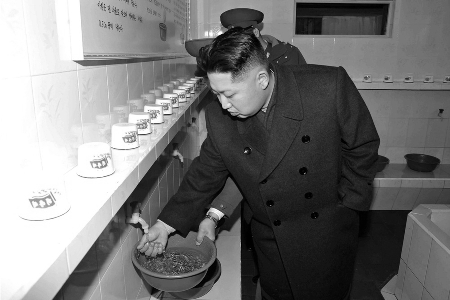 151018_PRK_Kim_Jong_Un_washing_hands_BW_6x9