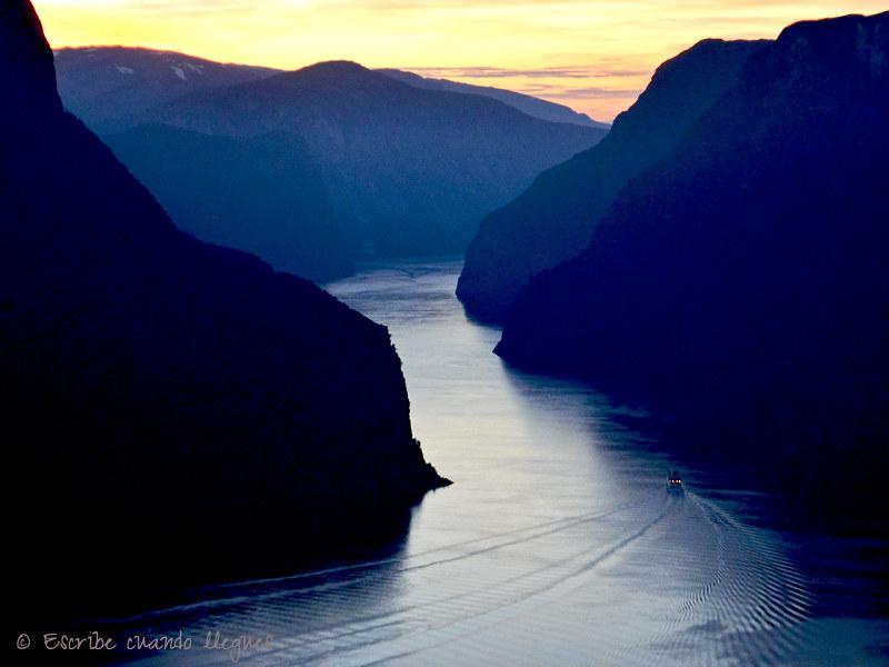 Panorámica nocturna del fiordo de Aurlandsfjord desde el mirador de Stegastein