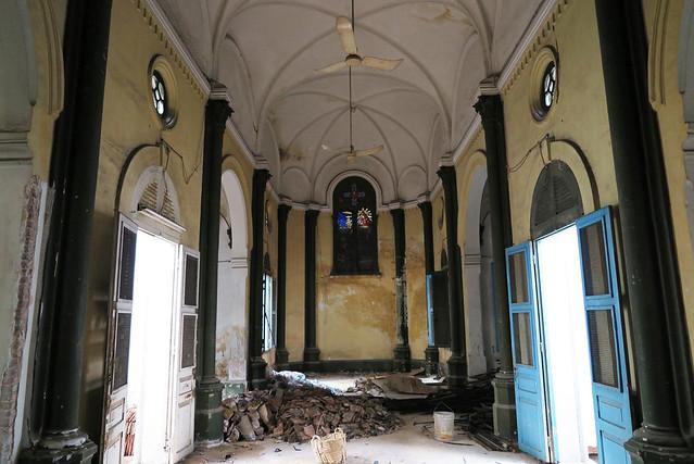 The interior of the MEP Chapel. Bên trong nhà nguyện của Trụ sở Hội Truyền giáo Hải ngoại Paris tại Saigon