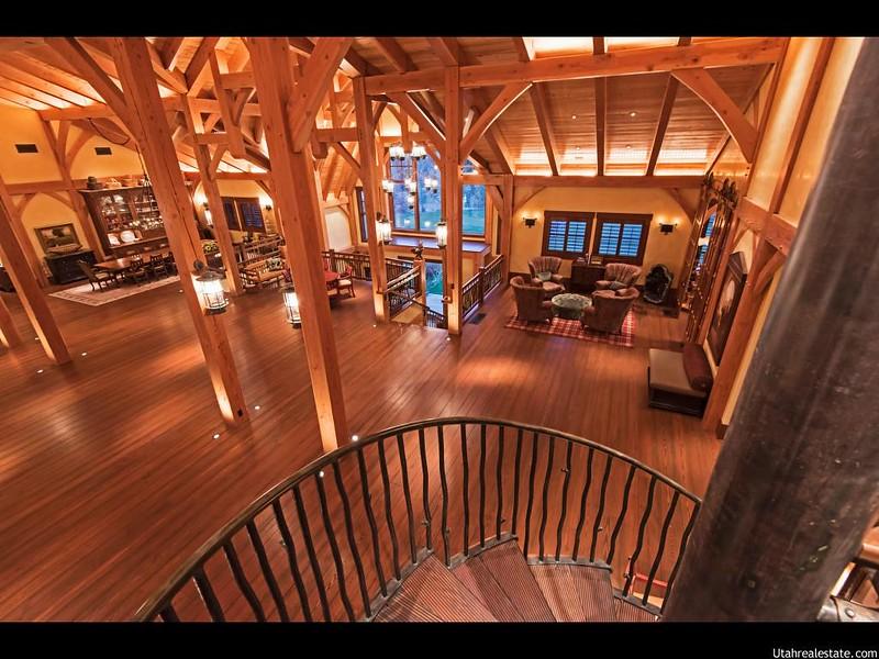 Зал с винтовой лестницей