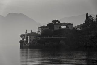 Bild av Villa del Balbianello. villadelbalbianello lake lakecomo lakecomoitaly blackandwhite nikond750 villa italy weddingvenue