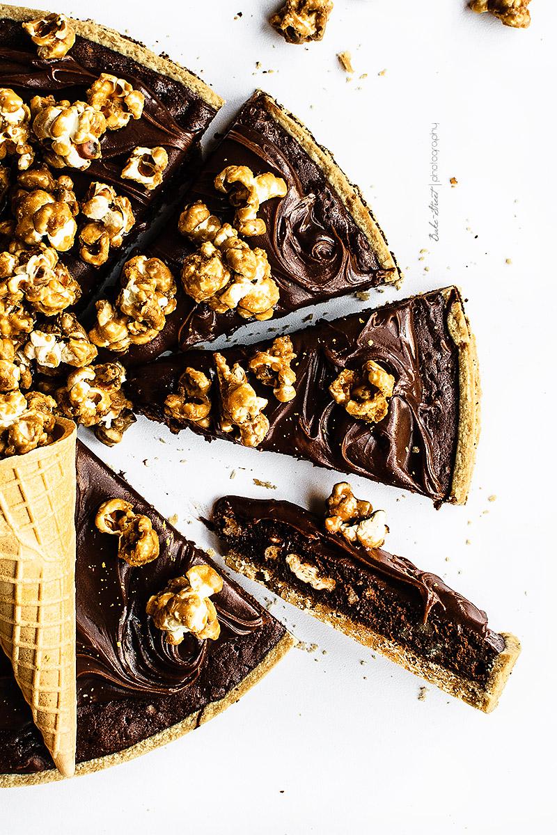 Tarta brownie con palomitas de caramelo