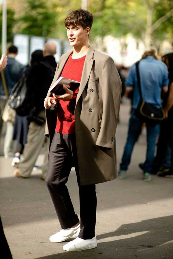 グレイッシュブラウンダブルチェスターコート×赤クルーネックセーター×黒パンツ×白ローカットスニーカー