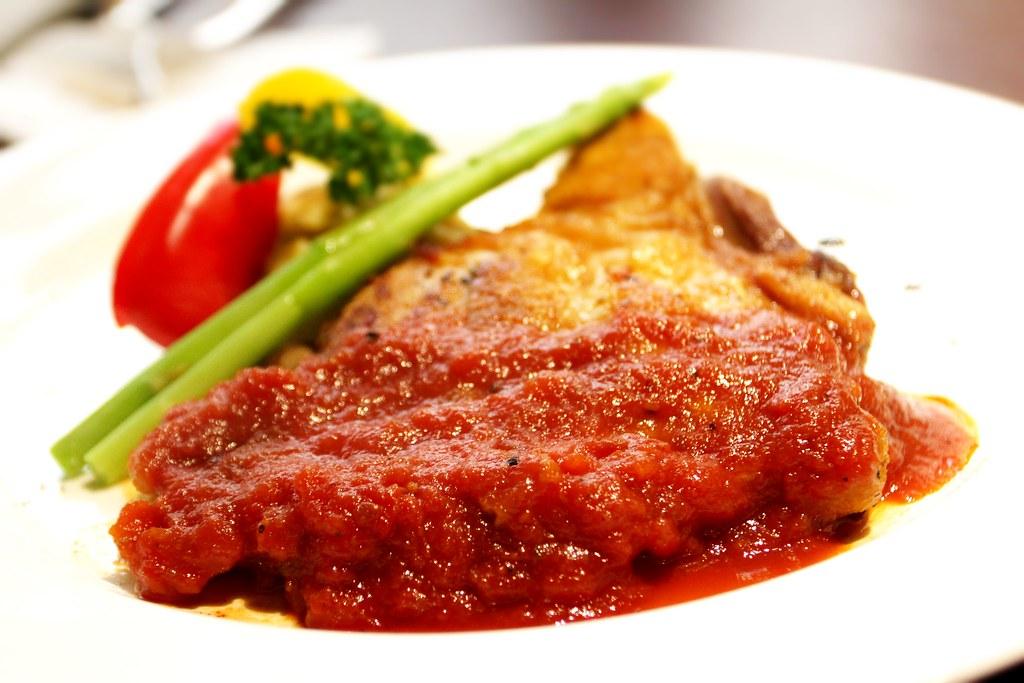 義大利香料烤嫩雞,無骨的雞腿肉.. 上頭有紅醬