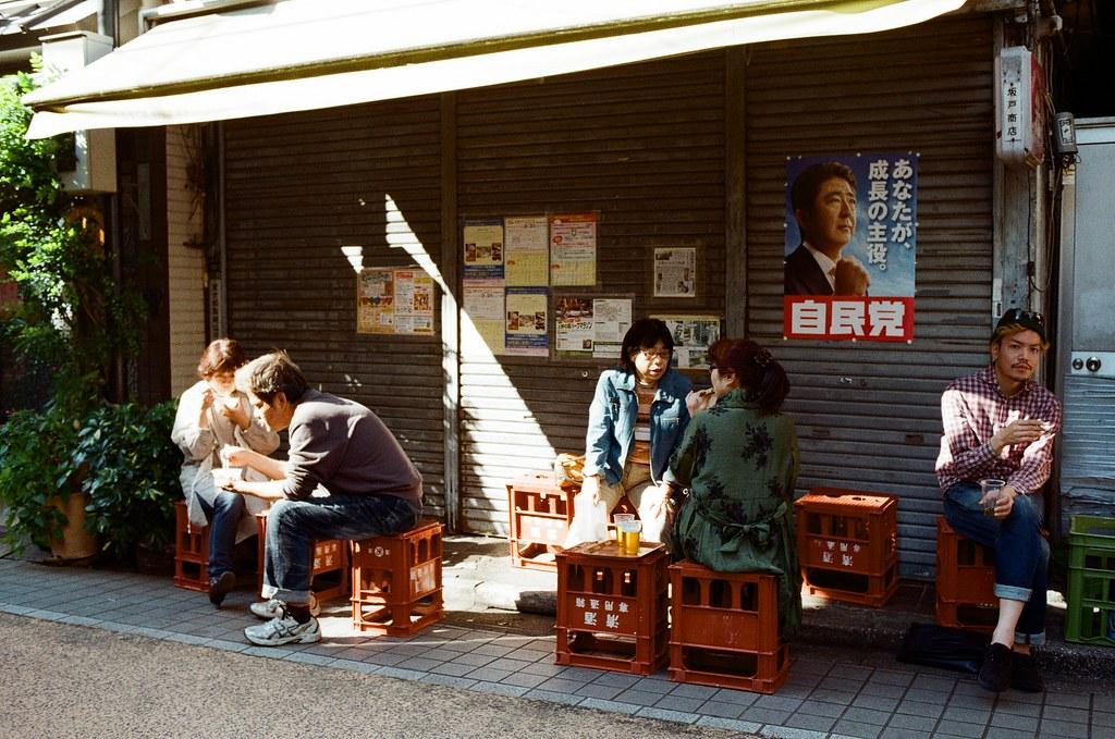 谷中銀座 日暮里 東京 Tokyo 2015/10/08 離開在東京荒川住的地方準備去成田機場回台灣,沿途經過日暮里,就到旁邊的谷中銀座走走。  應該不需要說,這裡來過,我只是想把這段記憶再走一遍。  我從與當初相反的方向走,回憶就剛好用倒轉的方式進行。  最後找到一間民宅,不小心被妳發現我在注意妳的腳步。  Nikon FM2 Kodak ColorPlus ISO200 Nikon AI AF Nikkor 35mm F/2D 1003-0027 Photo by Toomore
