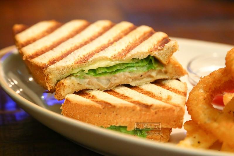 【台北咖啡館.下午茶】21 Cafe & Living & Bar,西門町咖啡館(輕食、咖啡、酒),可愛的摩艾咖啡冰磚