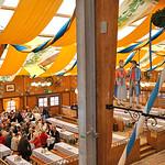 Wer früh kommt hat viel Platz. Heute ist das Oktoberfest das größte Volksfest der Welt und zieht jährlich rund sechs Millionen Besucher an.