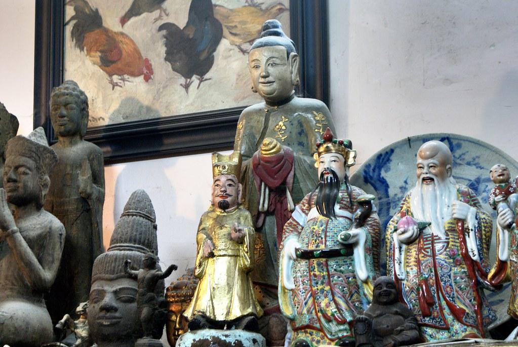 Statues d'inspiration khmers et chinoises dans le quartier des antiquaires à Saigon.