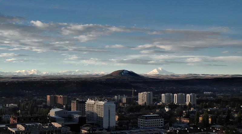 На горизонте - гора Эльбрус. Пятигорск