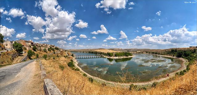 Vista de Maderuelo y su embalse (Segovia)