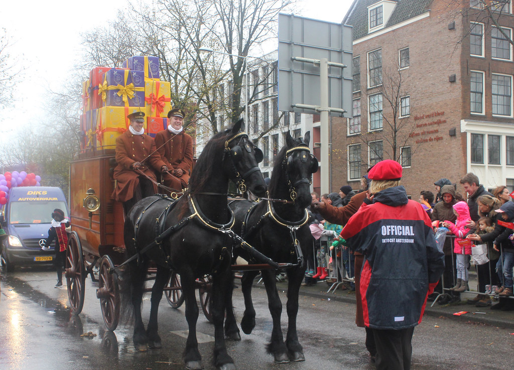 Sinterklaasintocht Amsterdam De Bijenkorf horse drawn carriage with gifts