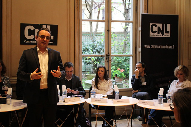 Vincent Monadé introduit la table ronde sur le modèle économique de l'écrivain avec Valentine Goby, Albin Cerisier, Laure Limongi et Vincy Thomas (animateur)