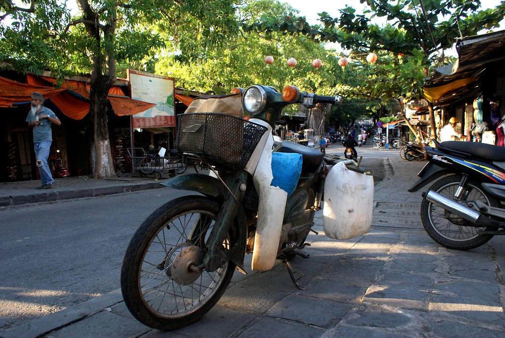 Fidèle destrier, le motocycle autrement appelé mob ou scooter vous amènera au bout du monde ou au alentour de Hoi An. A vous de décider.