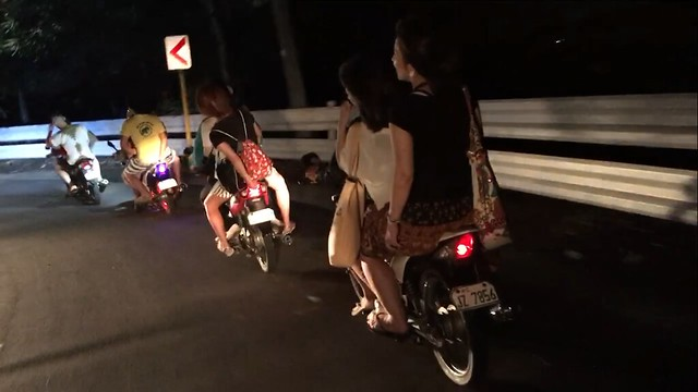 集団バイクタクシー。タクシーが本気で嫌がる坂道も、グイグイ駆け上り駆け下りる。