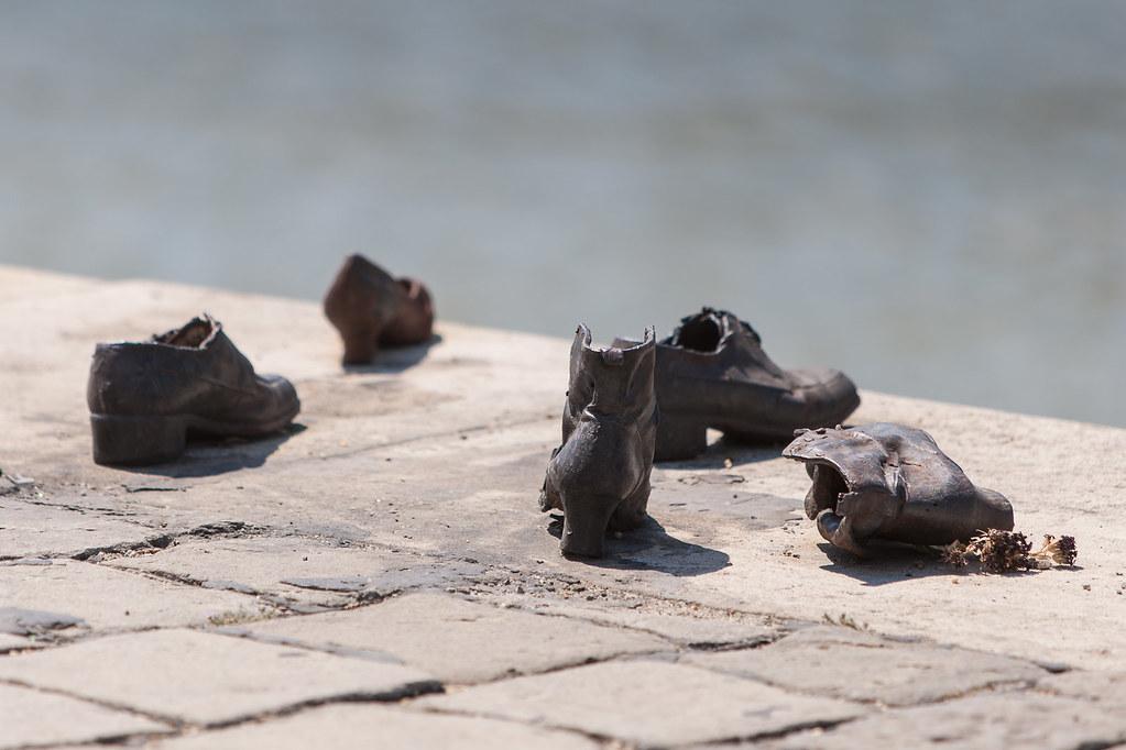 Zapatos en el Danubio-4