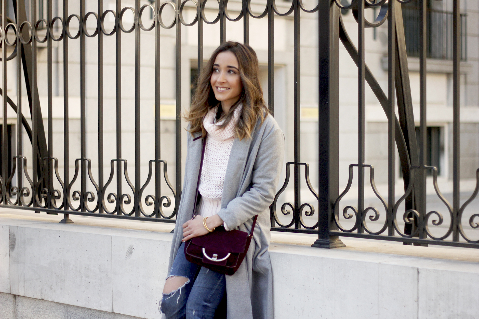 Grey coat with pink sweater jeans burgundy purse uterqüe outfit streetstyle13