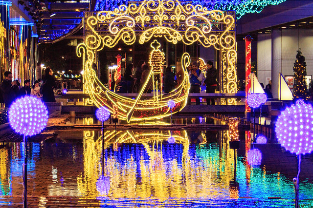 Photo:An Illuminated Gondola on the Water By Shinichiro Hamazaki