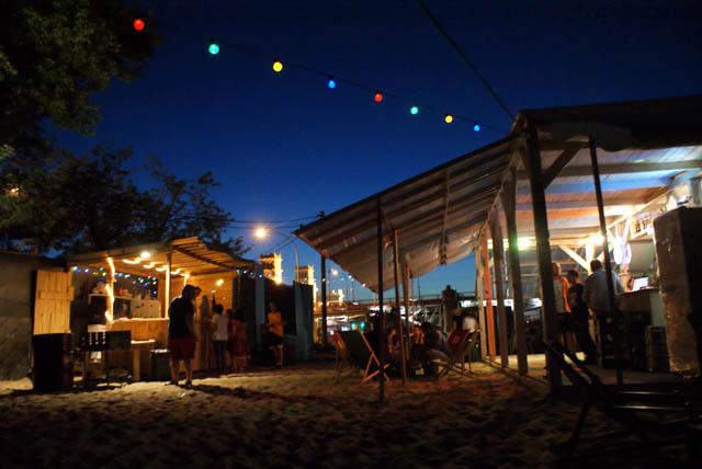 Un des nombreux bars de plage de la rive de la Wisla à Varsovie.