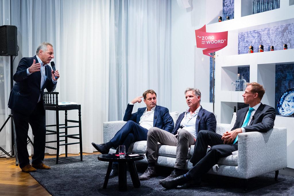 V.l.n.r. Dagvoorzitter drs. Tom van 't Hek, tafelgast dr. Donald van der Peet, dr. Aernout Somsen en spreker mr. Erik Vollebregt