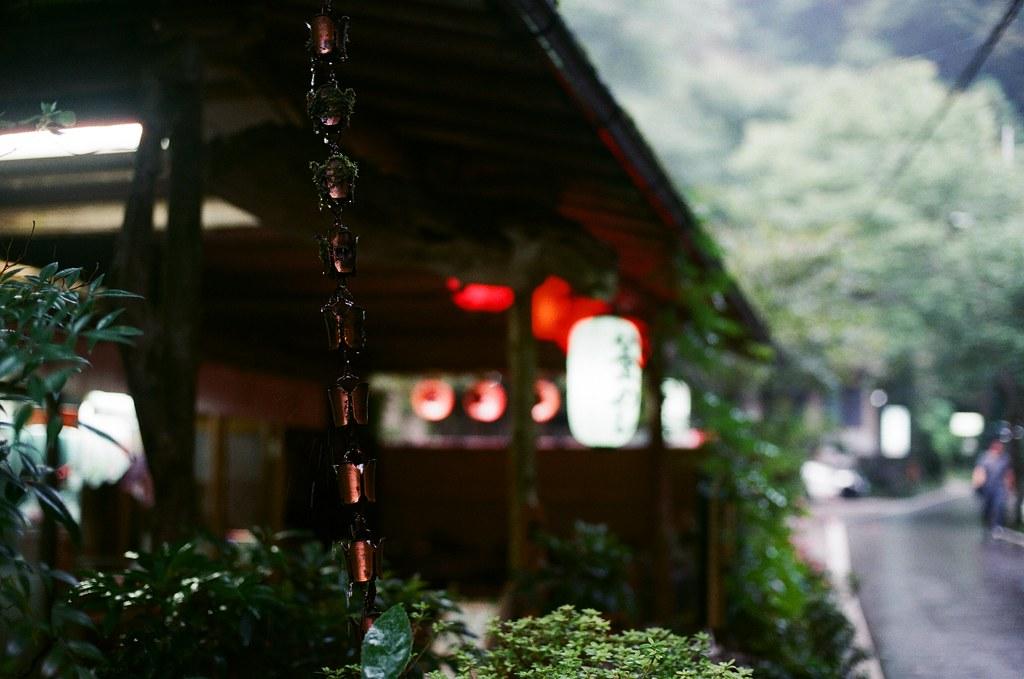 貴船神社 京都 Kyoto 2015/09/24 我以前都以為這是避雷針的接地線,直到下雨的時候我才懂了。那是引導屋頂上的水到地面。其實好像和接地線一樣的概念。  Nikon FM2 Nikon AI Nikkor 50mm f/1.4S Kodak ColorPlus ISO200 0949-0021 Photo by Toomore
