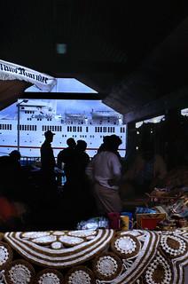 Image of Straw Market near Nassau. dia analogfilm scan 1980s slide 1980er diapositivfilm kleinbild kbfilm analog 35mm canoscan8800f 1988 contax137md bahamas nassau insel newprovidence amerika westindischeinseln karibik mittelamerika stadt strase bauwerk profanbau menschen leute strawmarket strohmarkt schiff kreuzfahrtschiff hafen downtownnassau thebahamas nordamerika gebäude