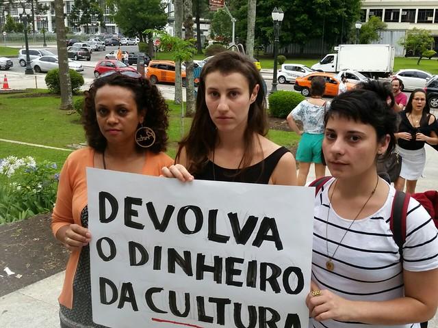 Cléo Cavalcanti, Fernanda Perondi e Renata Roel participaram do ato desta quinta-feira (8) em frente à Prefeitura - Créditos: Daniel Giovanaz
