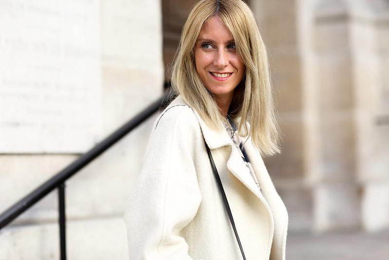 manteau blanc avec encolure large