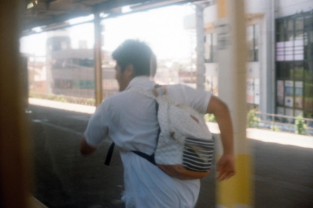 """千葉駅(ちばえき) 奔跑的少年 2015/08/05 在月台上奔跑的少年,他為什麼要奔跑呢?在停靠這個月台的時候有很多學生上車,而他好像與其他同學是不同方向的,所以只留下他一個在月台上。然後他也很愛演,先是小小的啜泣,等車門關上後,他開始在月台奔跑,而車內的同學都笑成一團!  我那時候站在窗邊,就拿起相機把他拍了下來。只能說當學生真好,好熱血!  Nikon FM2 / 50mm Kodak ColorPlus ISO200  <a href=""""http://blog.toomore.net/2015/08/blog-post.html"""" rel=""""noreferrer nofollow"""">blog.toomore.net/2015/08/blog-post.html</a> Photo by Toomore"""