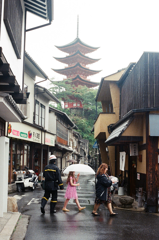 五重塔 嚴島(Itsuku-shima)広島 Hiroshima 2015/08/31 五重塔,底下有外國人與郵務士。  Nikon FM2 / 50mm Kodak UltraMax ISO400 Photo by Toomore
