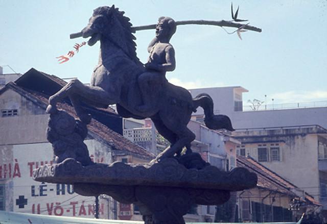 SAIGON 1969 - Tượng đài Phù Đổng Thiên Vương, Thánh tổ Binh chủng Thiết Giáp