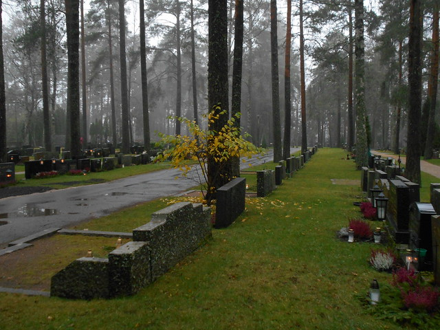 Viimeisen ruskan, kanervien ja kynttilöiden iloittelua sumussa, 8.11.2015 Hämeenlinna Ahveniston hautausmaa