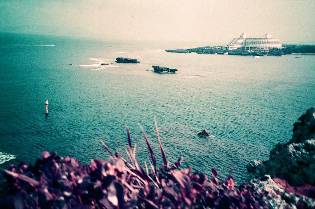 萬座毛 Okinawa, Japan / Lomo LC-A+ 2015/10/26 又再次前往日本,又再次前往沖繩,只是用不同的相機與底片拍攝。  Lomo LC-A+ Lomography LomoChrome Purple XR 100-400 2190-0039 Photo by Toomore