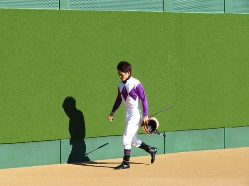 中山競馬場のグランプリロードを歩くジョッキー