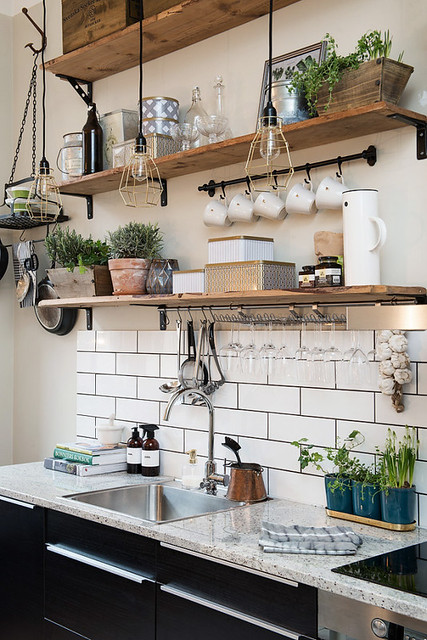 open-shelving-via-alvhemmakleri.se-open-shelving-kitchen-white-tiles-interioe-tips-red-online
