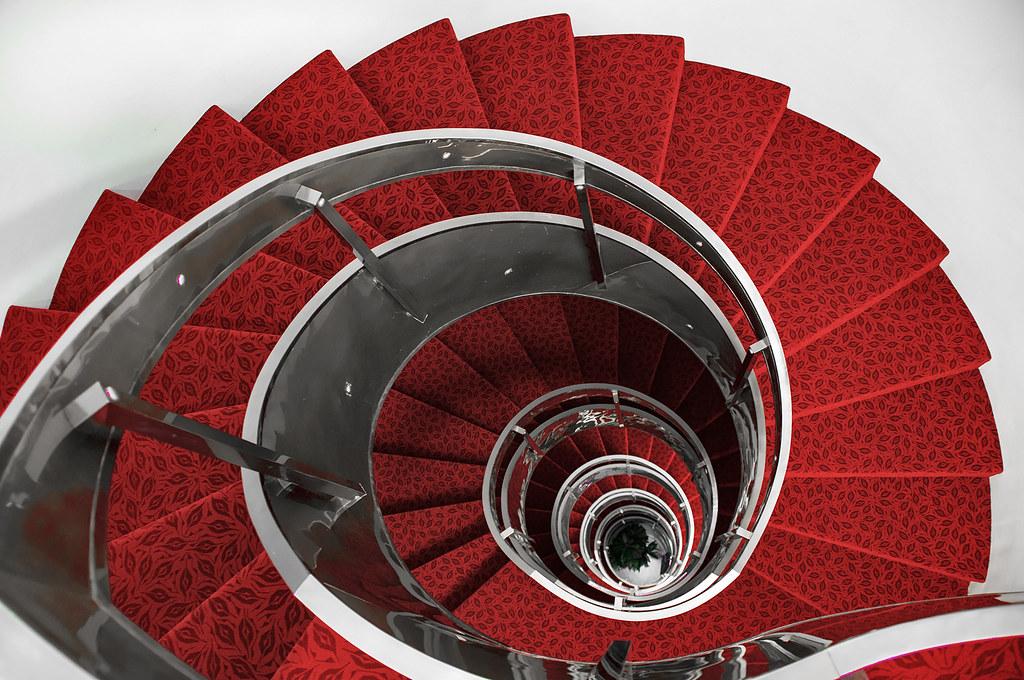 Sigue el camino de escalones rojos