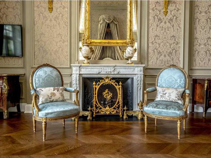 Камин и антикварные кресла