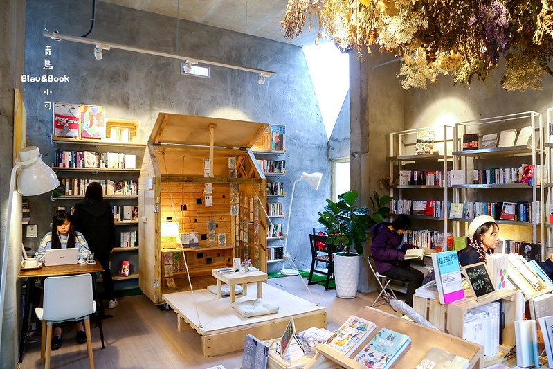 青鳥 Bleu&Book【台北書局】青鳥Bleu&Book,書、咖啡、乾燥花,隱身在華山文化園區裡的書店+咖啡館「青鳥 Bleu&Book」